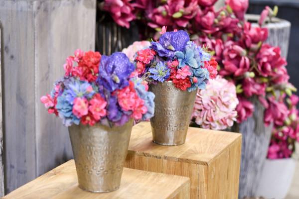 Blumenarrangement pink, blau und violett
