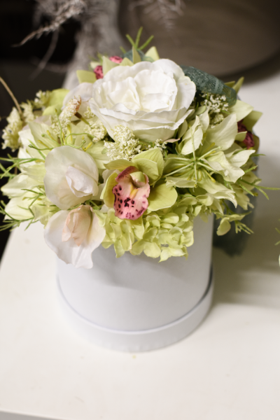 Kleine weisse Blumenbox