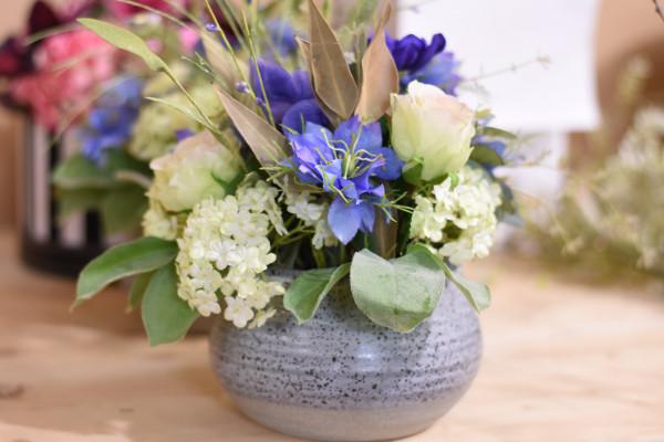 Blumenarrangement violett, weiss