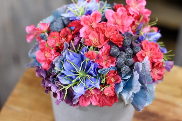 Pinkblaues Blumenarrangement