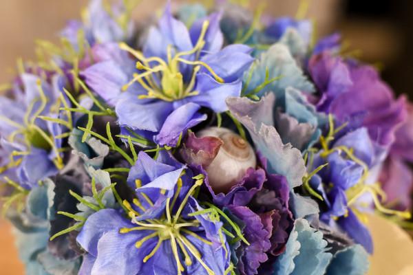 Blumenarrangement mit Schnecke